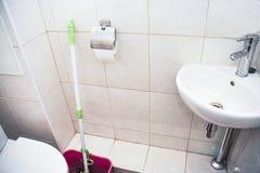 有马桶和角落水盆的洗手间室 库存图片