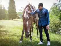 有马的人在自然 免版税图库摄影