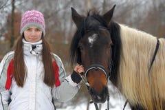 有马的十几岁的女孩 库存照片