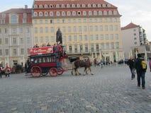 有马的古板的公共汽车在德累斯顿,德国 图库摄影