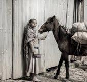 有马的埃赛俄比亚的女孩 图库摄影