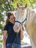 有马的女孩 免版税库存图片