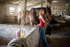有马的女孩 免版税图库摄影