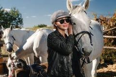 有马的妇女 免版税图库摄影