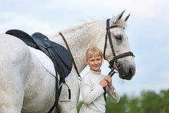 有马的小女孩 免版税库存图片