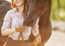 有马的少妇 免版税库存照片