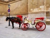 有马的红色推车在西班牙,马略卡 免版税库存图片