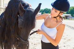 有马的美丽的女骑士 免版税库存图片