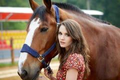 有马的美丽的少妇 免版税图库摄影