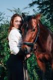 有马背的美丽的少妇 免版税图库摄影