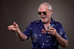 有马蒂尼鸡尾酒和香烟的老人 免版税图库摄影