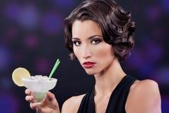 有马蒂尼鸡尾酒玻璃的美丽的典雅的女孩 免版税库存照片