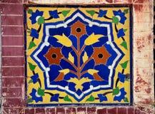 从清真寺的花卉陶瓷马赛克 免版税库存照片