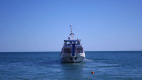 有马达和游人的一艘船在蓝色海航行 4k, 3840x2160, HD 股票录像