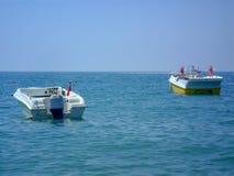 有马达的一条小船停泊以天际为目的 免版税库存照片