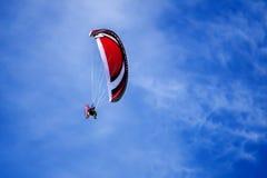 有马达的滑翔伞 免版税库存图片