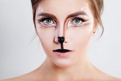 有驯鹿动物构成的逗人喜爱的女孩 面孔特写镜头 库存照片