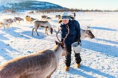 有驯鹿的十几岁的男孩 库存照片