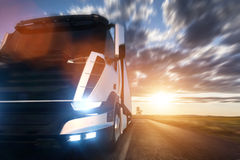 有驾驶在高速公路的拖车的商业货物送货卡车在日落 向量例证