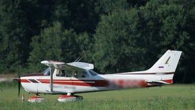 有驾驶红色的条纹的小飞机 影视素材