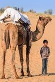 有骆驼的年轻小男孩在沙漠在乔德普尔城,镭 免版税图库摄影
