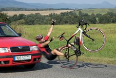 有骑自行车的人的事故汽车 库存图片