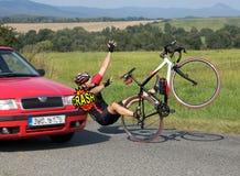 有骑自行车的人的事故汽车 免版税库存照片