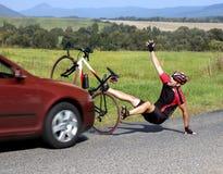 有骑自行车的人的事故汽车 免版税图库摄影