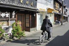 有骑自行车的人的街道 图库摄影