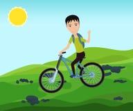 有骑自行车的背包的滑稽的自行车骑士旅客在山 图库摄影