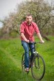 有骑自行车的胡子的年轻人 图库摄影