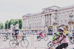 有骑自行车者人群的白金汉宫在它前面的在期间 库存照片