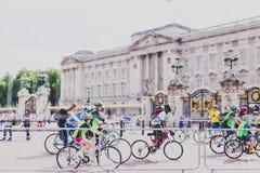 有骑自行车者人群的白金汉宫在它前面的在期间 免版税库存图片