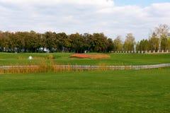 有高尔夫球场的公园 库存照片