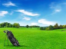 有高尔夫球袋的高尔夫球场 库存照片