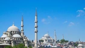 有高尖塔的Yeni Camii清真寺在伊斯坦布尔,土耳其 免版税库存照片