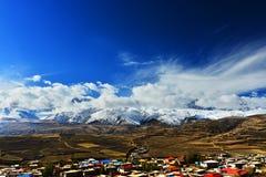 有高山的Tyibet小镇在前面 库存照片