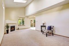 有高拱顶式顶棚和天窗的明亮的空的室 库存图片