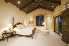 有高木天花板的卧室 免版税图库摄影