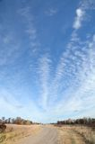 有高积云的土路 库存照片