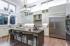 有高端厨房器具的当代白色厨房 免版税库存照片
