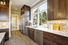 有高端装置的可爱的厨房 免版税库存图片
