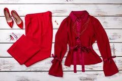 有高跟鞋鞋子的顶视图红色妇女服装 免版税库存照片