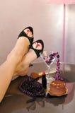有高跟鞋鞋子的,首饰,珍珠,唇膏性感的腿 免版税库存照片
