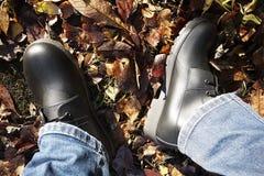 有高边的人的鞋子 适用于任何天气和所有季节 土、融雪、雪、岩石和法线-在所有表面 库存图片