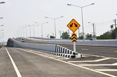 有高速公路的交通标志的长的桥梁 免版税库存图片