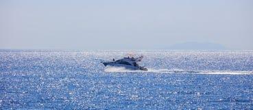 有高速小船的人们在海 库存图片