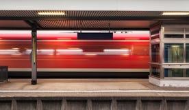 有高速红色旅客列车的铁路平台 免版税库存图片