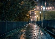 有鬼魂的狭窄的黑暗的街道 免版税库存图片
