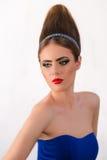 有魅力发型的美丽的时尚女孩 免版税库存图片